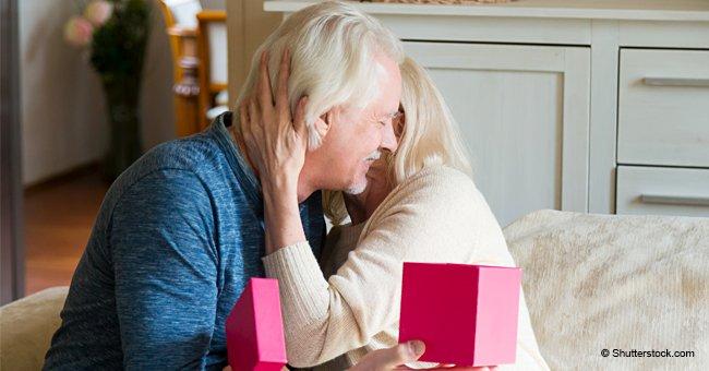 Une vieille femme a laissé son mari ouvrir sa boîte secrète avant sa mort