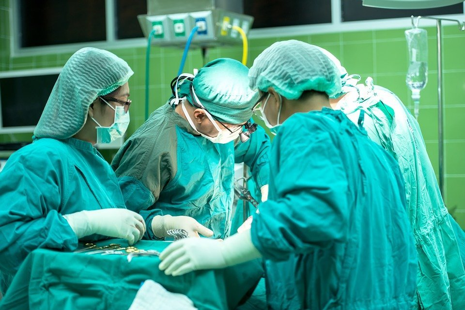Grupo de médicos en pabellón. | Imagen: Pixabay