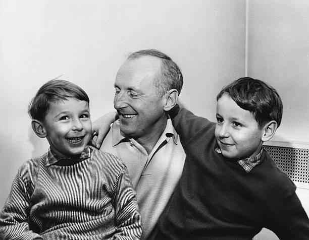 Bourvil avec ses deux fils, Philippe et Dominique. l Source: Wikimedia Commons
