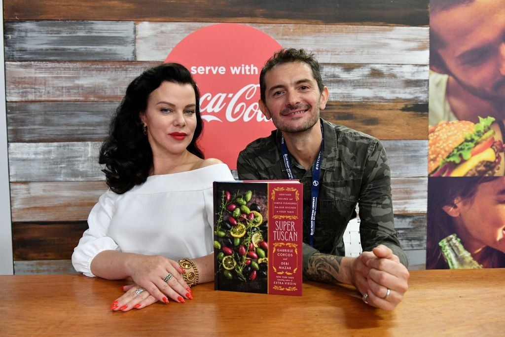 Debi Mazar and Gabriele Corcos sign their cookbook at a food festival in New York City on October 15, 2017 | Photo: Getty Images