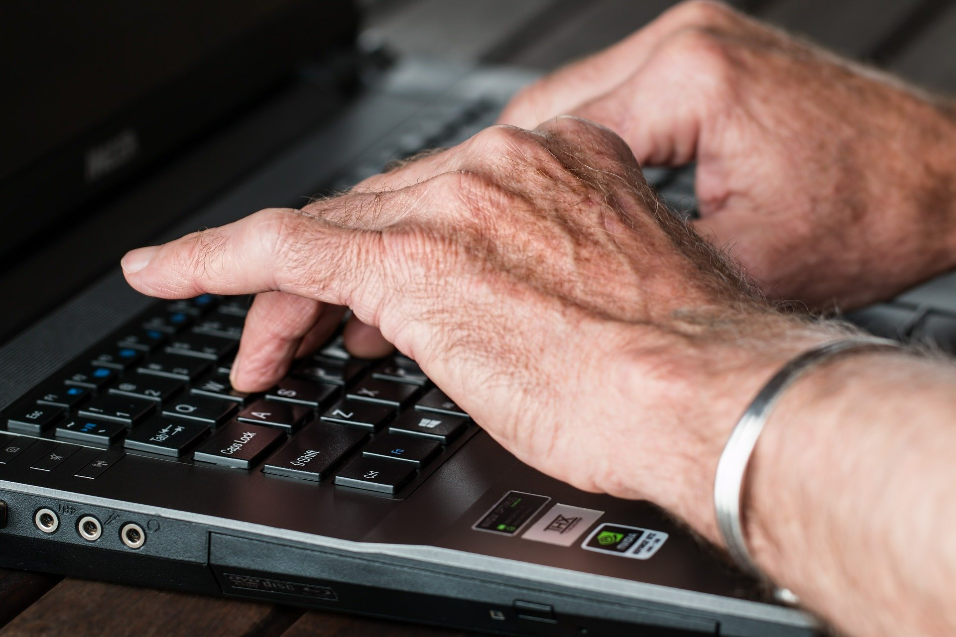 Old woman at the computer. | Source:Steve Buissinne/Pixabay