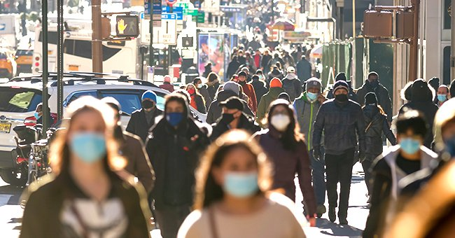 A photo of people outdoors with masks. | Photo: Shutterstock