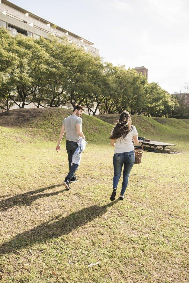 Un couple se promenant dans le parc.   Photo: Freepik