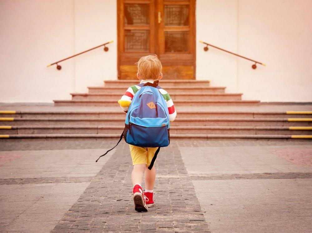 Junge mit Schulranzen | Quelle: Shutterstock
