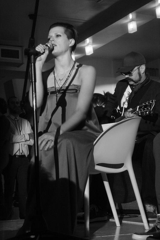 Bimba Bosé, modelo y cantante, disfrutaba cantar al público. | Foto: Flickr