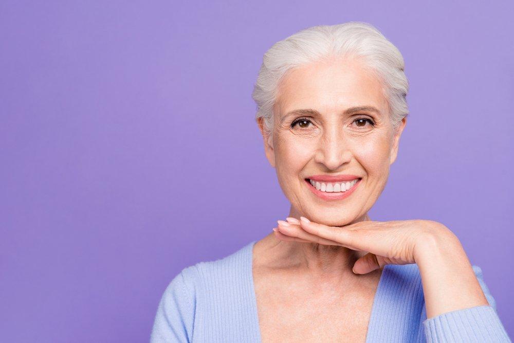 Une femme âgée avec la peau rayonnante.   Shutterstock