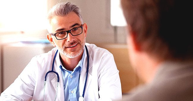 A doctor talking to his patient in a clinic | Photo: Shutterstock