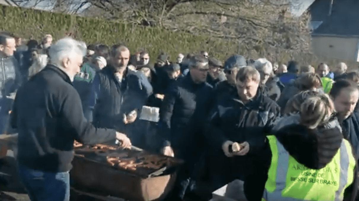 Rassemblement devant l'usine Arjowiggins. | Youtube/Le Petit Courrier L'Echo de la Vallée du Loir