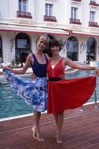 Dorothée et Ariane Carletti en vacances le 17 juin 1988 à La Baule, France. | Photo : Getty Images