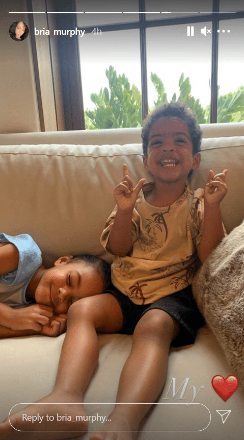 Eddie Murphy's youngest children, Izzy and Max, posing for a picture while on a couch   Photo: Instagram/bria_murphy