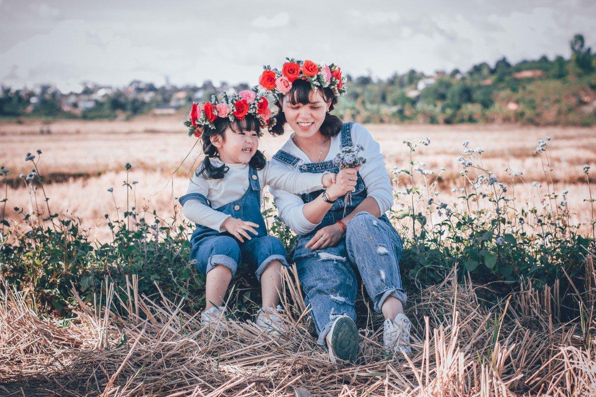 Une mère et sa fille dans l'herbe | Image : PxHere