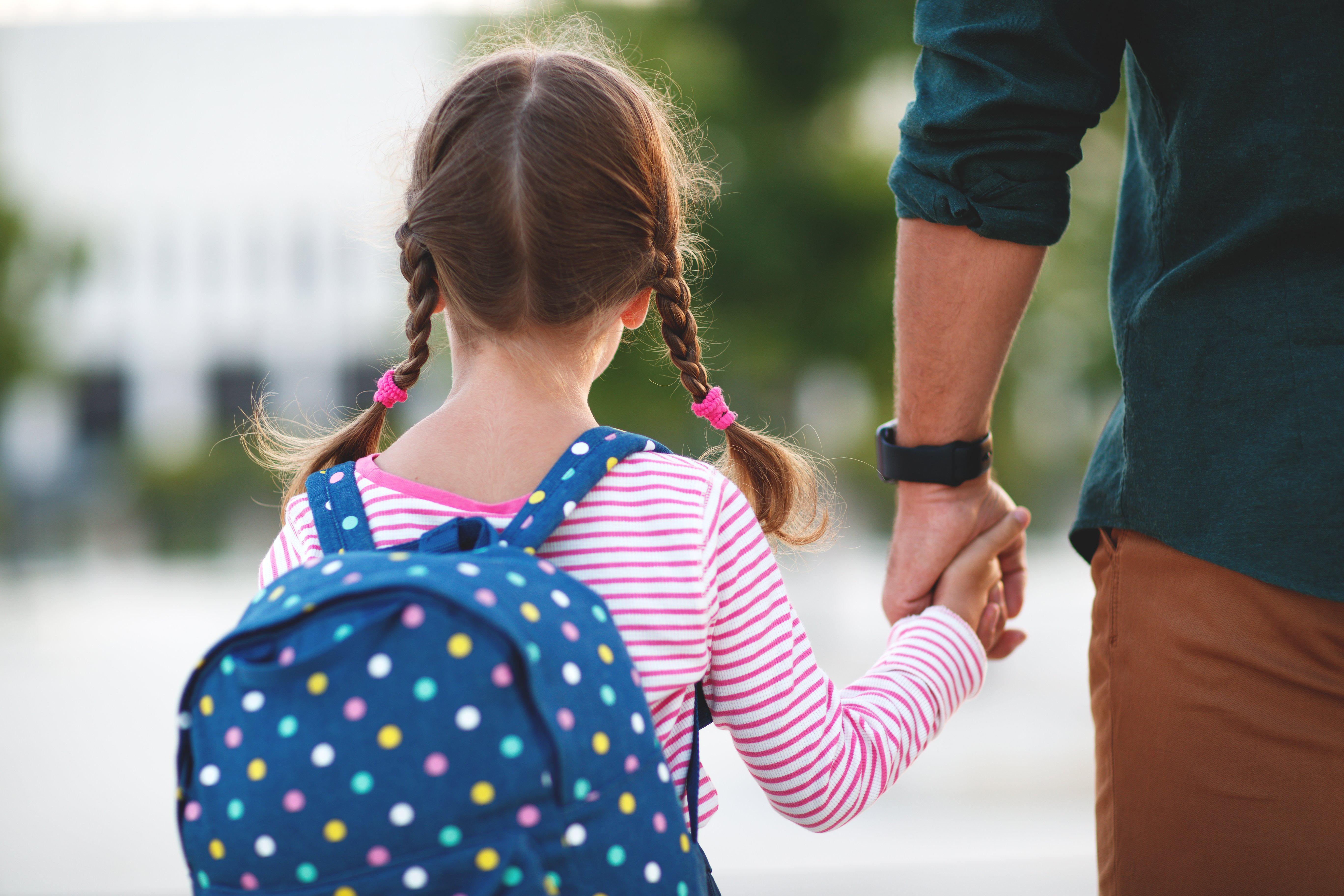 Niña va a la escuela. Fuente: Shutterstock