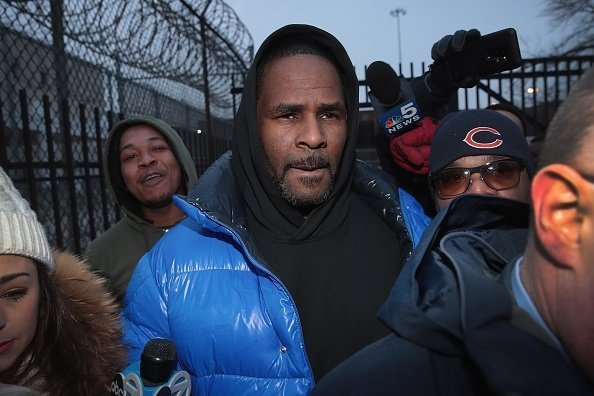 R. Kelly leaves the Cook County jail after posting $100 thousand bond   Photo: Getty Images