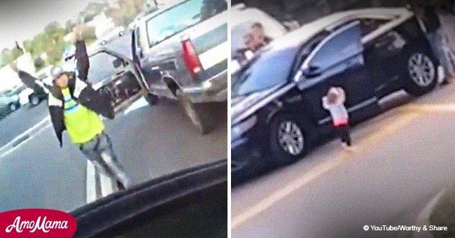 Une fillette de 2 ans s'est rendue à la police américaine les mains en l'air après l'arrestation de son père