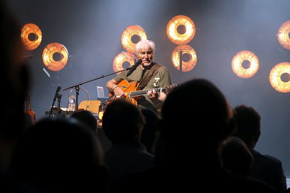 Hugues Aufray se produit à la Salle Pleyel le 18 octobre 2019 à Paris.|Photo : Getty Images.