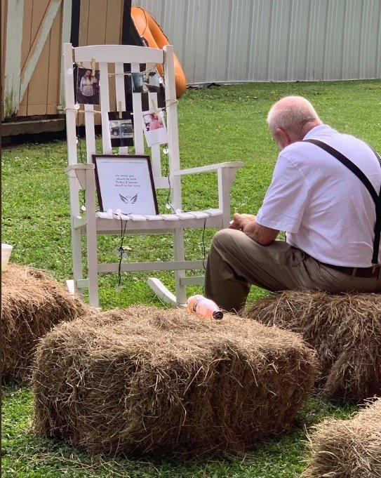 Billy Gray se escabulló de la boda de su nieta para recordar a su difunta esposa. | Foto: Twitter/SahrahElswick