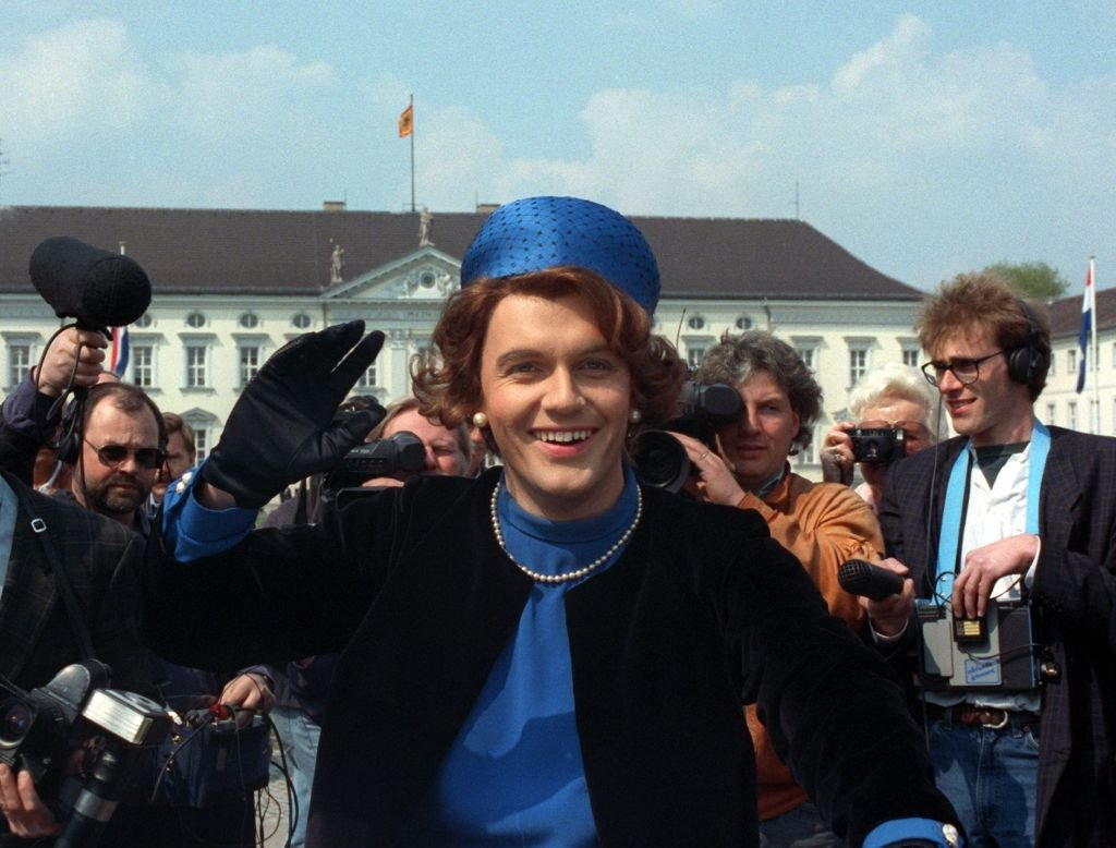Hape Kerkeling verkleidet als Königin Beatrix, Berlin, 1991 | Quelle: Getty Images