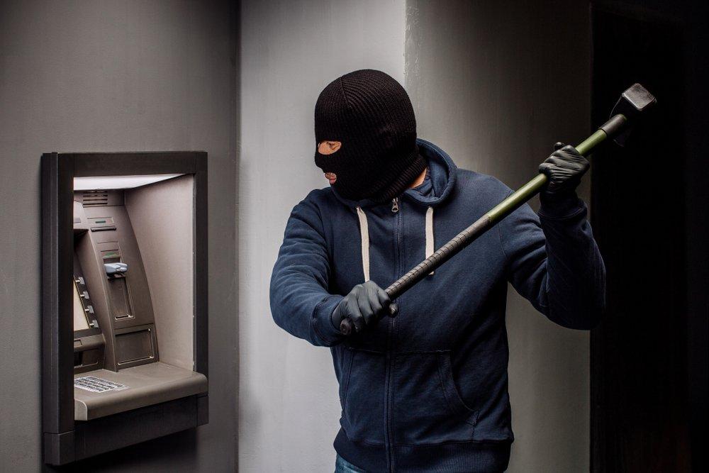 Un voleur dans un distributeur automatique | photo : Shutterstock