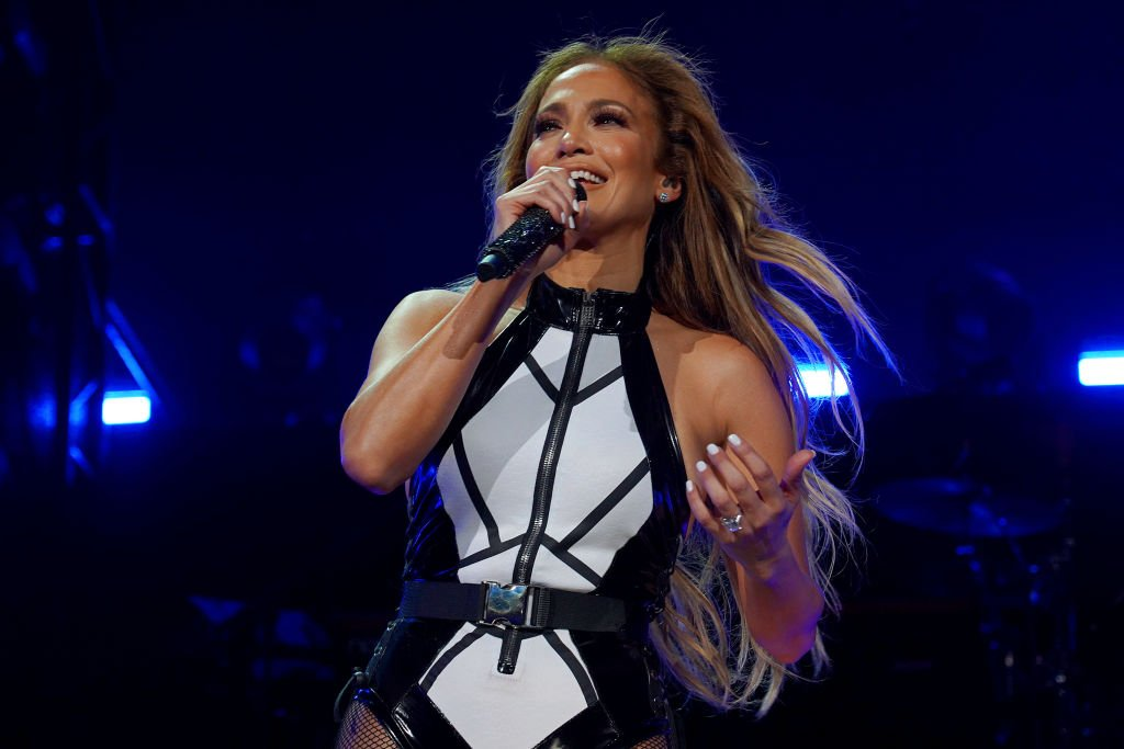 Jennifer Lopez se produit sur la scène de la iHeartRadio Fiesta Latina 2019 à l'AmericanAirlines Arena | Photo: Getty Images