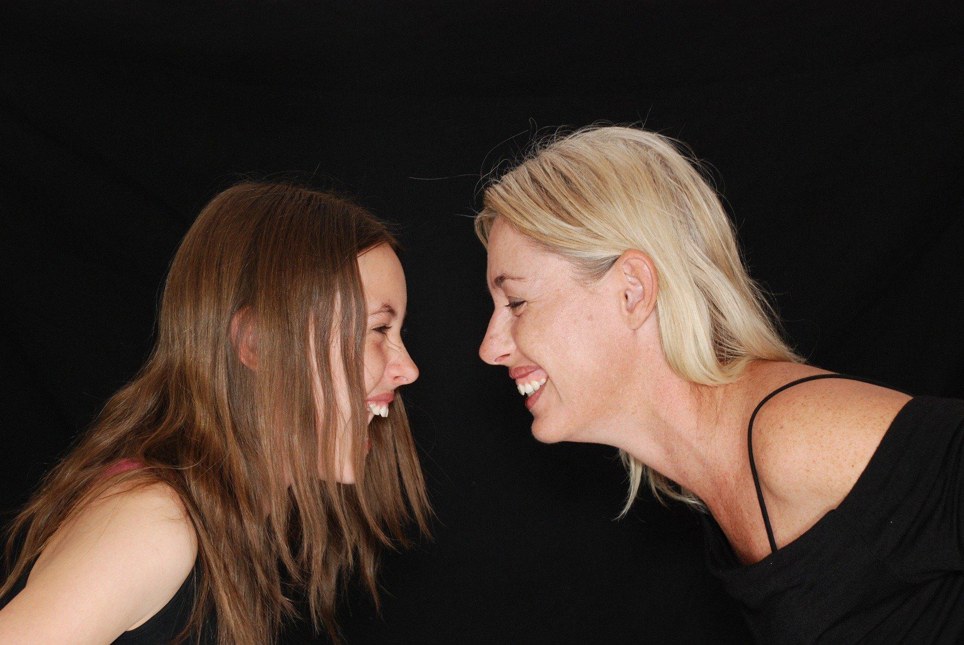 Madre e hija riendo. Fuente: Pixabay