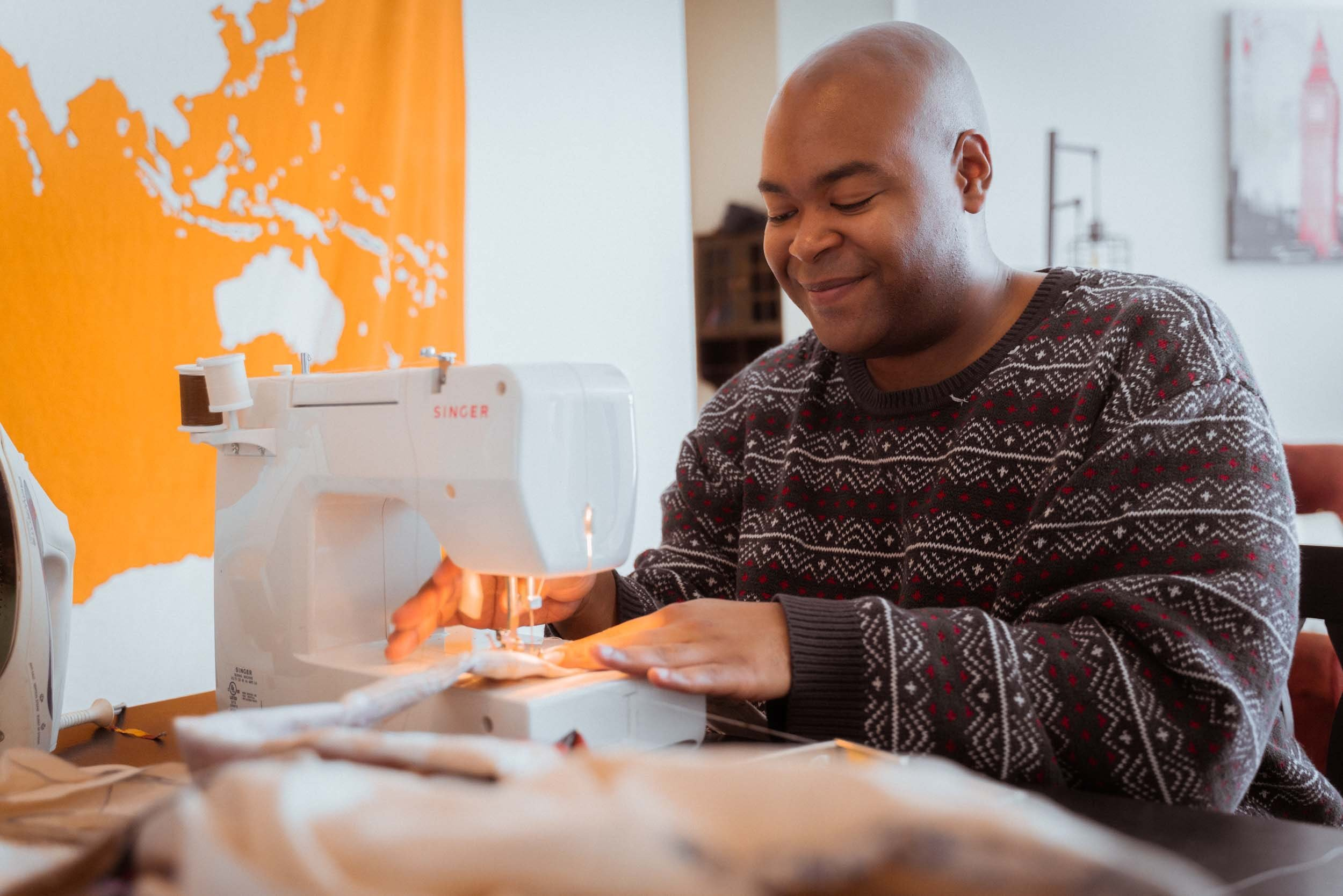 Pictured - A black dressmaker working on a sewing machine | Source: Pexels