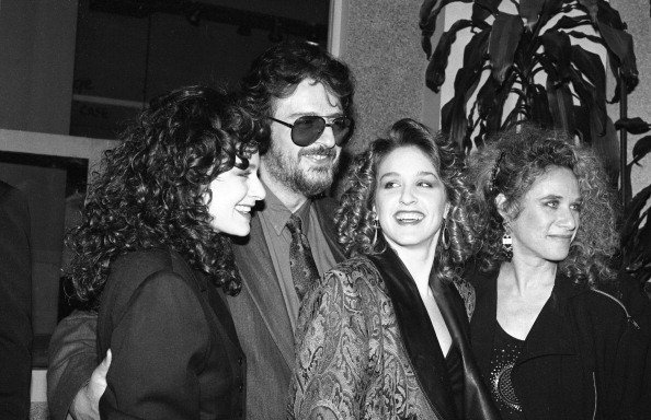 American songwriters Gerry Goffin and Carole King pose with their daughters Louise Goffin and Sherry Goffin Kondor, at a Songwriters' Academy event  | Photo: Getty Images