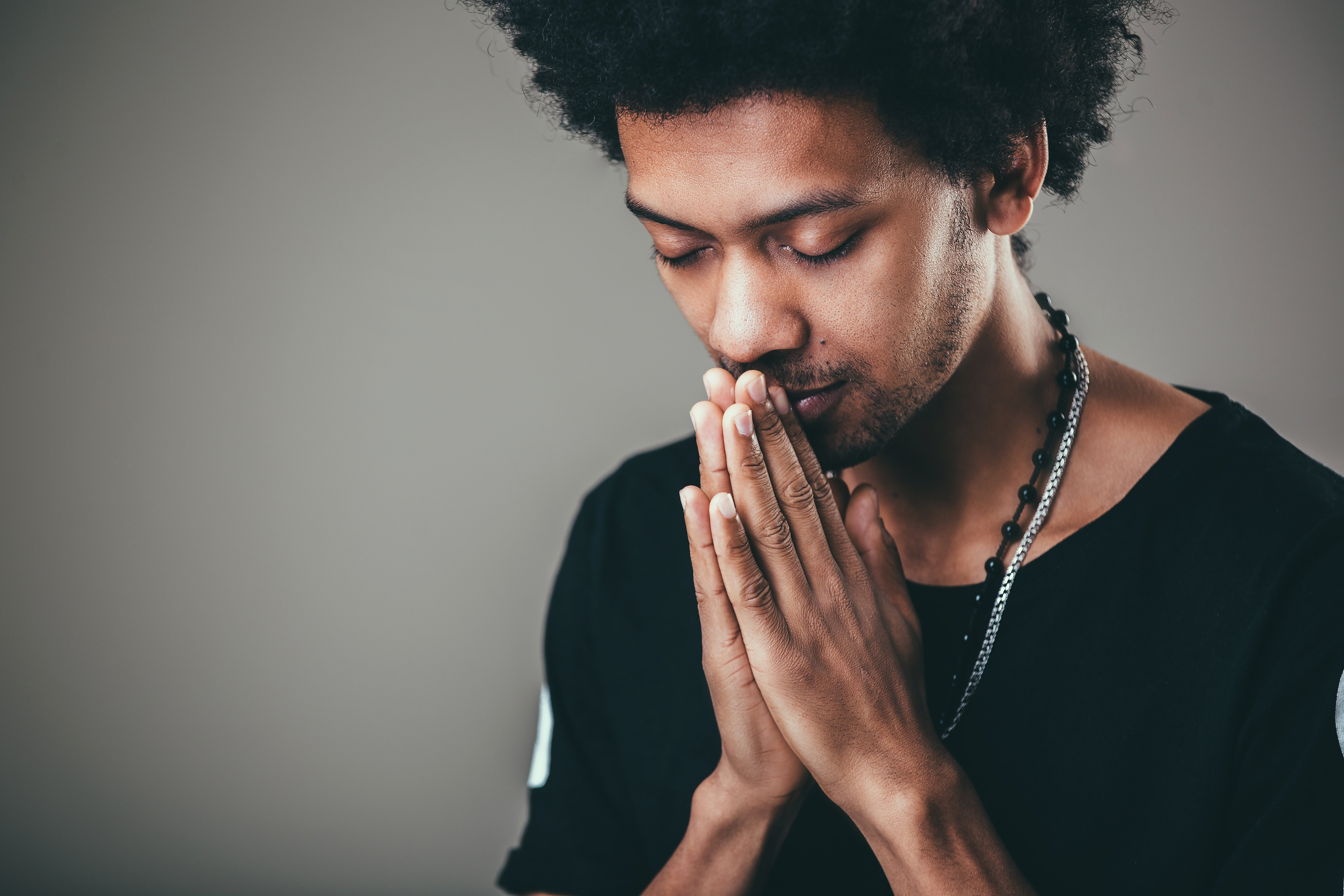 A person praying. | Source: Shutterstock