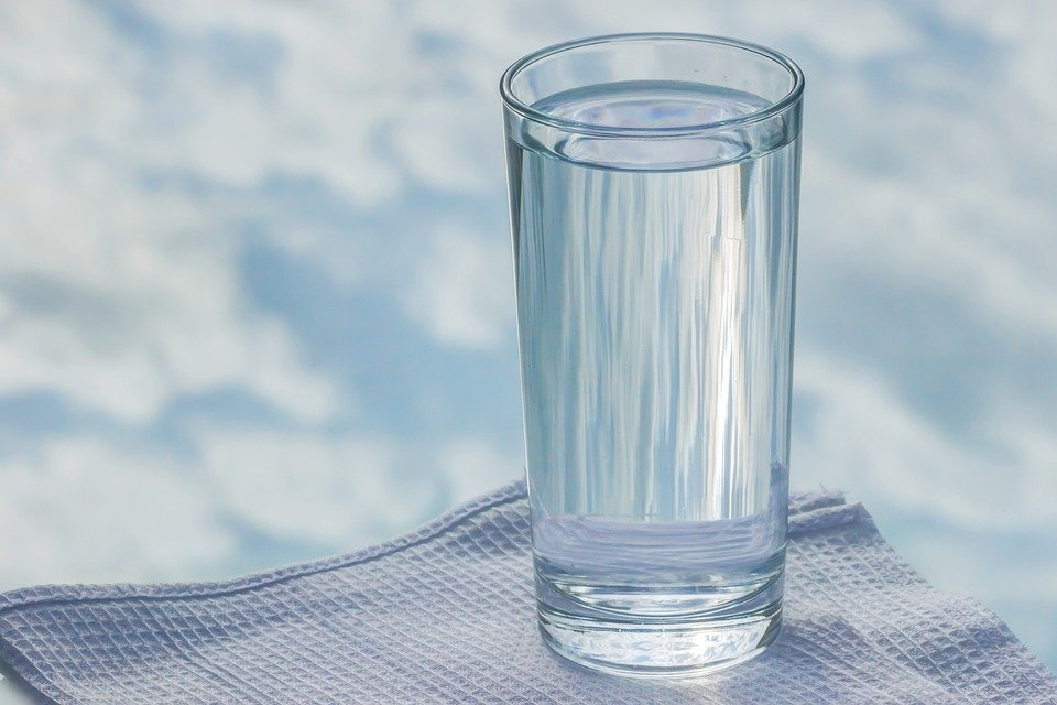 A glass of water placed on a napkin.| Photo: Pixabay