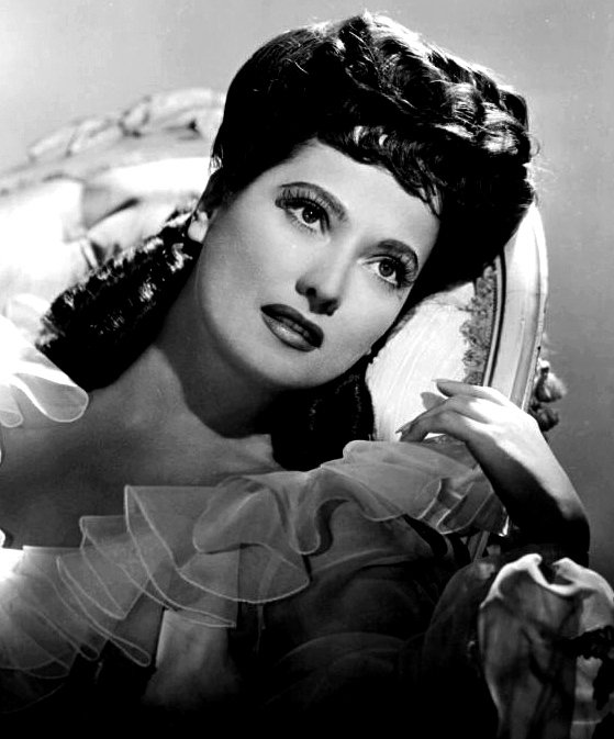 Merle Oberon publicity photo circa 1943 | Source: Wikimedia