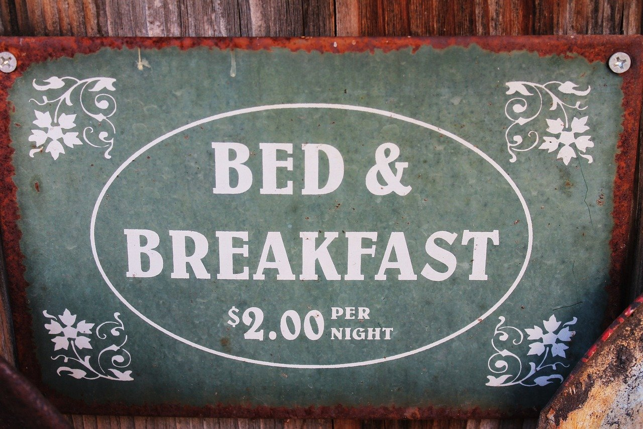 A picture of a signage of a cheap bed-and-breakfast. | Photo: Pixabay