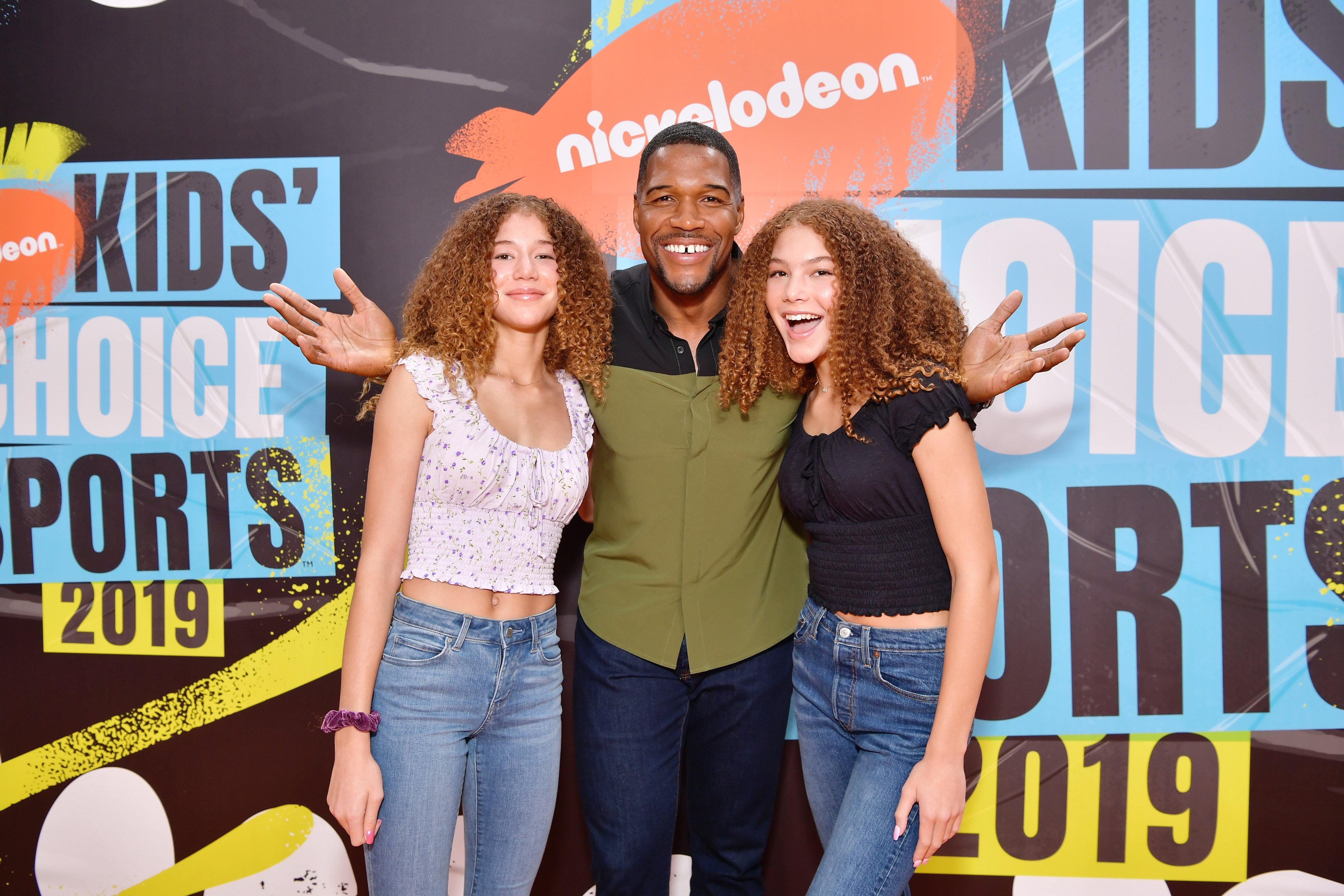 Michael Strahan and his twin daughters at Nickelodeon Kids' Choice Sports on July 11, 2019 in California. Photo: Getty Images