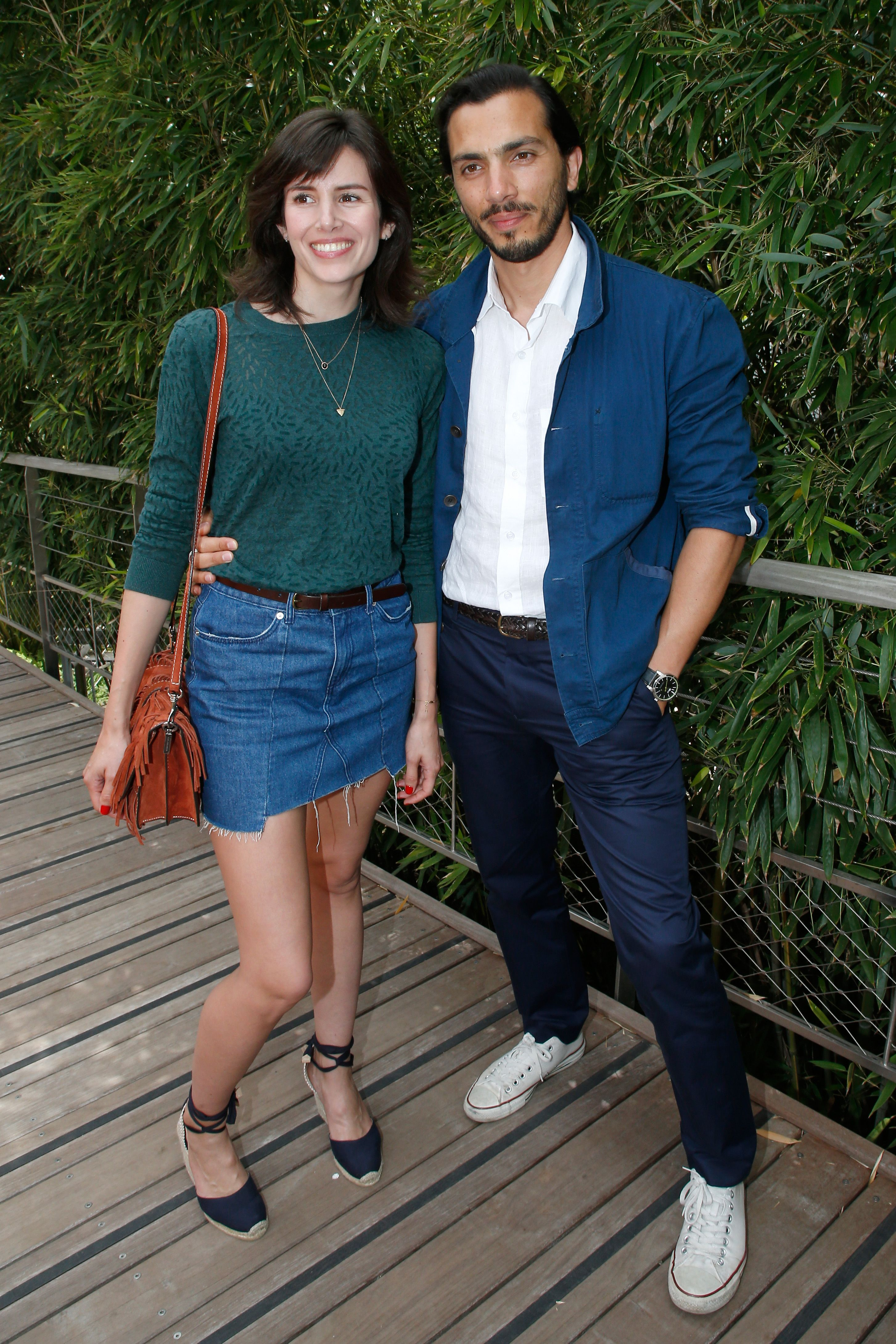Les acteurs Louise Monot et son compagnon Samir Boitard à Roland Garros le 4 juin 2017 à Paris, France. | Photo : Getty Images