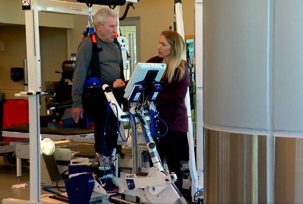Jim Stamp en terapia física. | Foto: Facebook/ABCFOXMONTANA