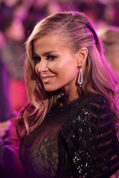 Carmen Electra on the 'magenta carpet' at Life Ball 2013 at the square in front of the city hall of Vienna, Vienna, Austria. | Source: Wikimedia Commons