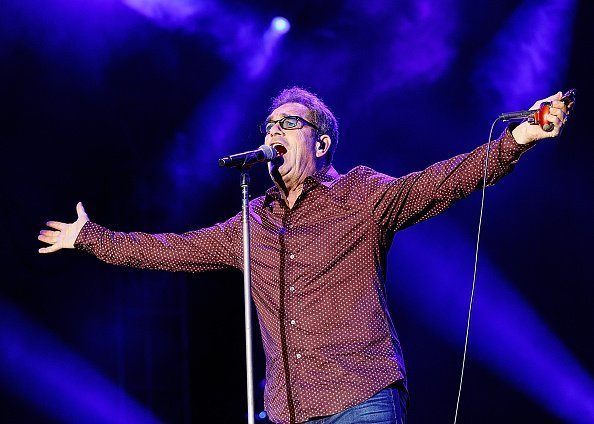 L'auteur-compositeur-interprète Huey Lewis de Huey Lewis and the News se produit sur scène lors de la série de concerts Summer NIght à l'amphithéâtre PNE | Photo : Getty Images