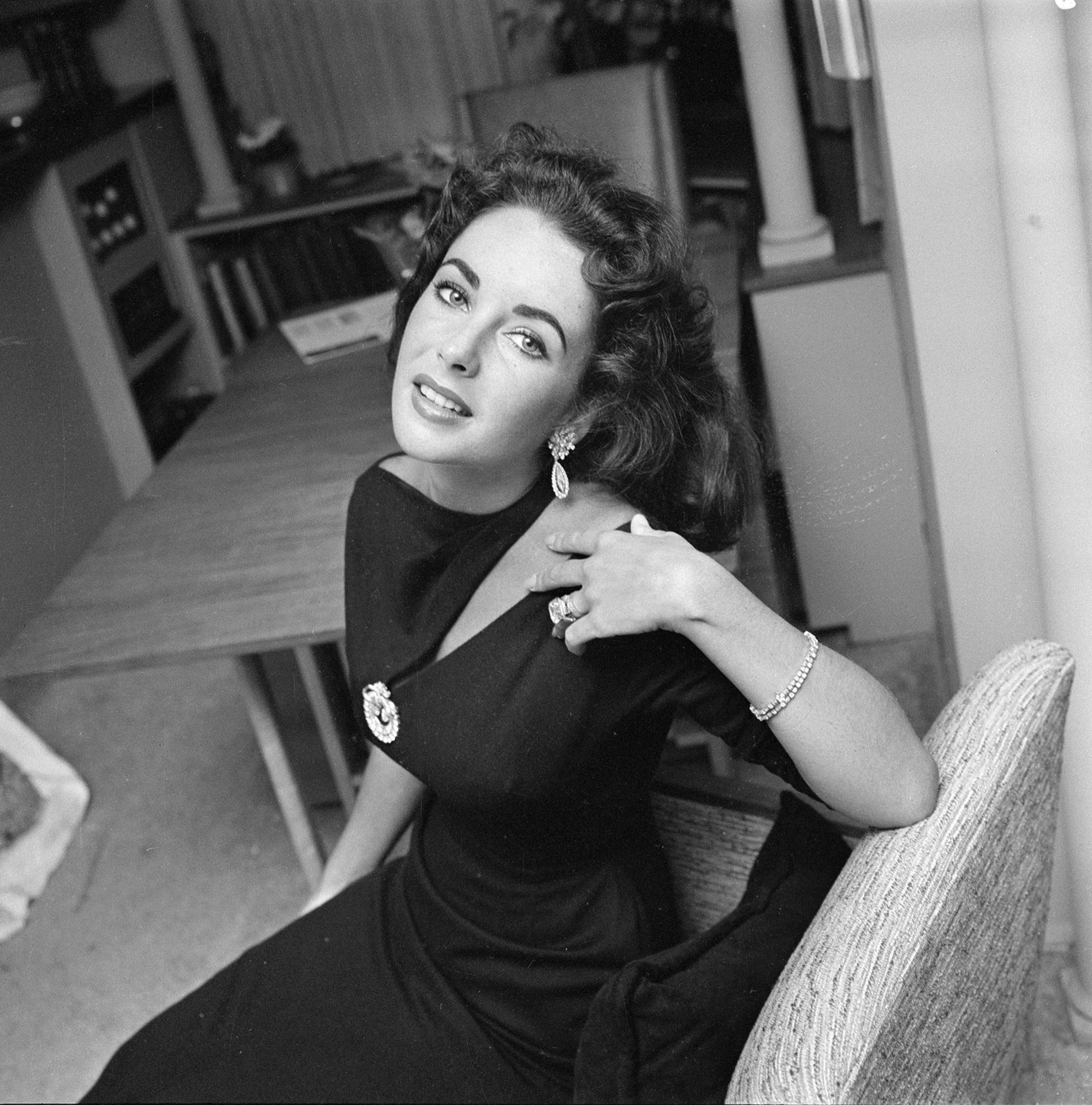 Elizabeth Taylor pictured in her home in Beverly Hills, 1957. | Photo: Getty Images