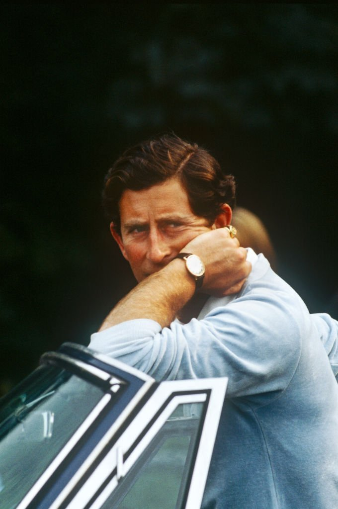 Prince Charles leans on his car at Cowdray Park Polo Club in Sussex on August 2, 1982 | Photo: GettyImages