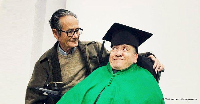 Emotivo homenaje universitario reconoce la labor del padre de un estudiante discapacitado