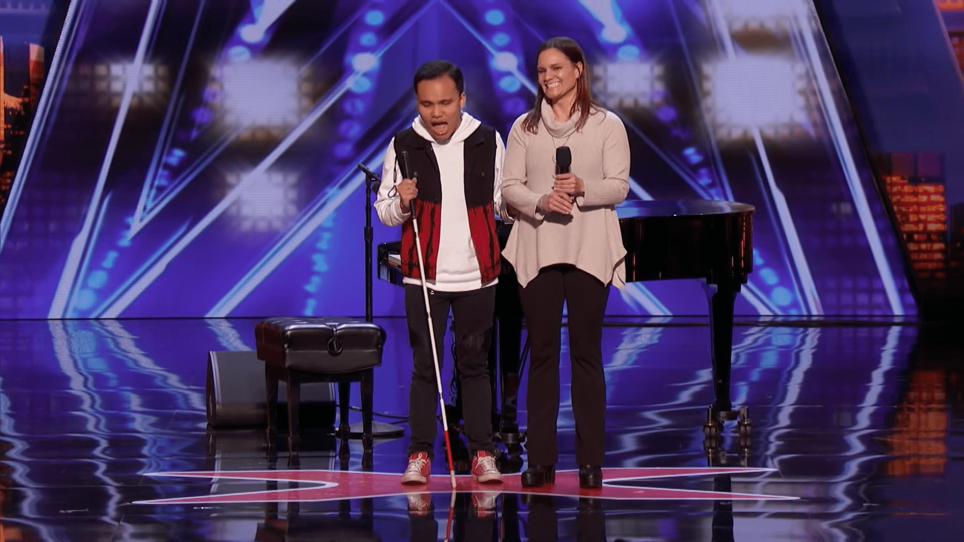 Kodi con su mamá │Imagen tomada de: YouTube / America's Got Talent