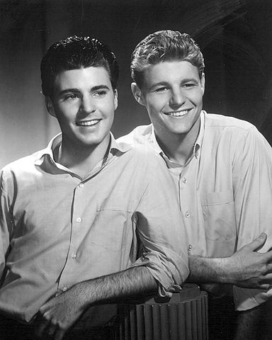 David and Ricky Nelson in 1959. | Source: Wikimedia Commons.