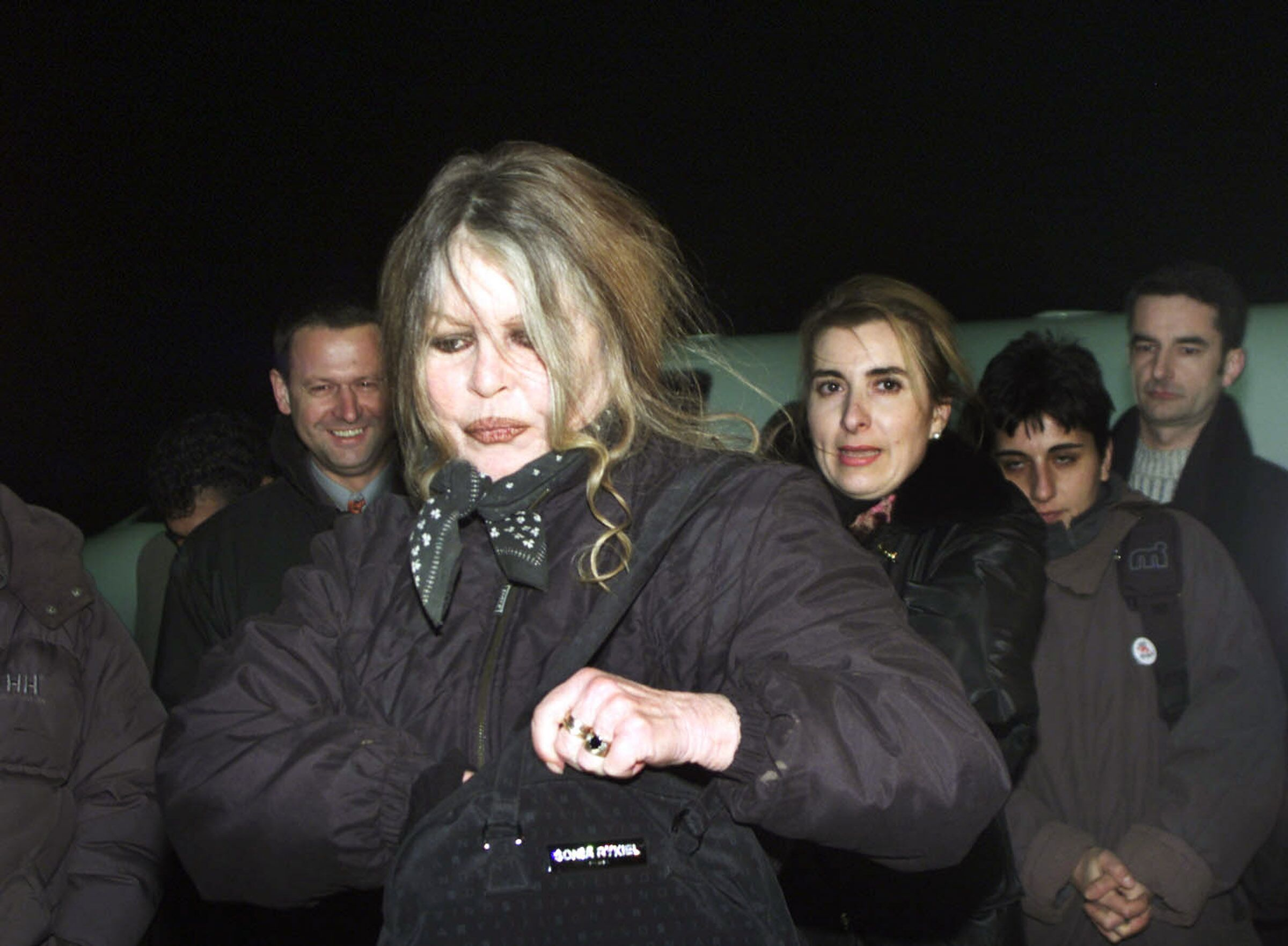 Brigitte Bardot vient d'arriver à l'aéroport de Bucarest en Roumanie. | Photo : GettyImage