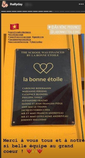Une photo de la plaque où figurent les généreux donateurs en faveur de l'orphelinat. | Instagram story/lhallyday