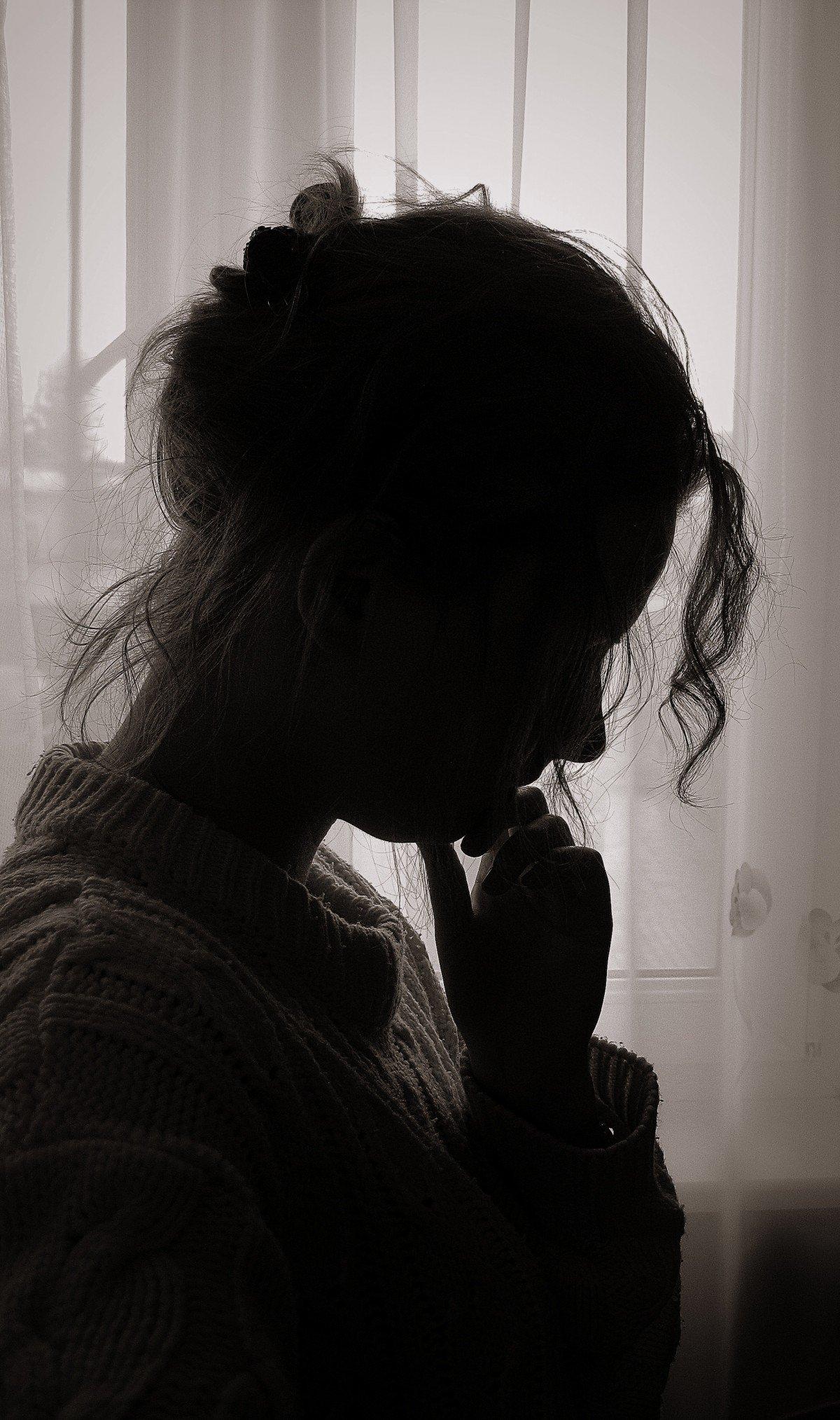 Silueta de mujer pensativa. | Imagen: PxHere
