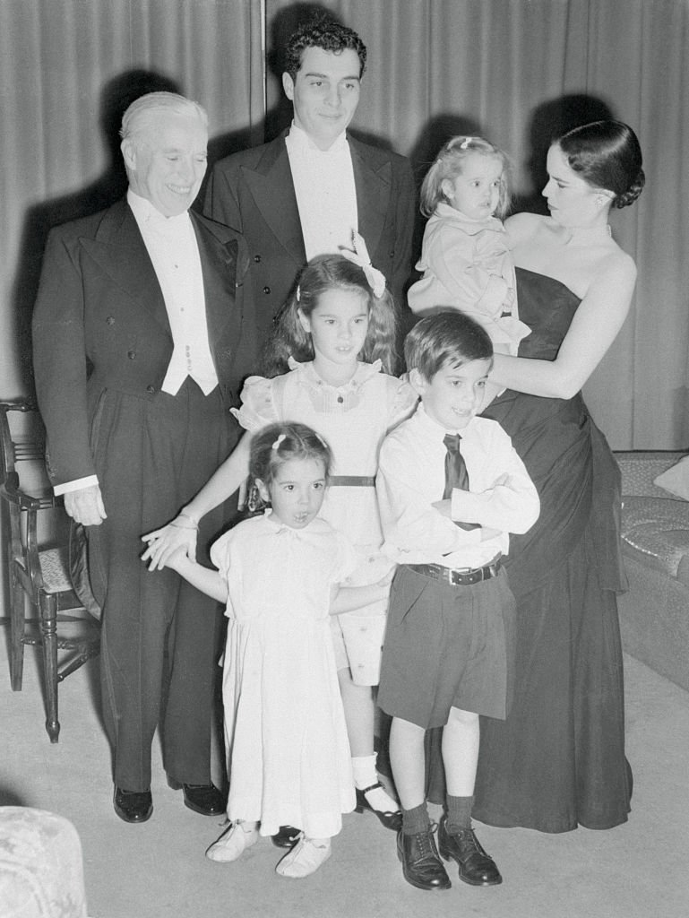 Charlie Chaplin, his wife Oona, and their kids Sidney, Josephine, Geraldine, Michael, Victoria, at the Odeon Cinema Theater, in London, October 18, 1952 | Photo: GettyImages