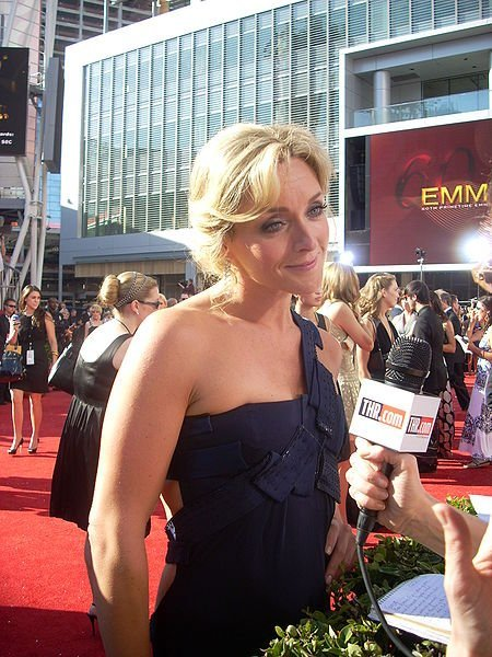 Jane Krakowski on the red carpet at the 60th Annual Emmy Awards. | Source: Wikimedia Commons
