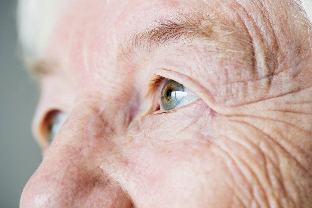 Une vieille dame aux yeux malicieux. l Source: Freepik