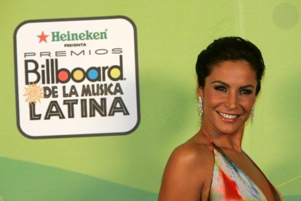 La actriz Lorena Rojas posa detrás del escenario en los Premios Billboard de la Música Latina 2005 en el Miami Arena el 28 de abril de 2005 en Miami, Florida. | Foto: Getty Images