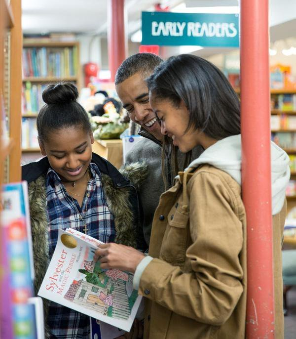 """Barack Obama with daughters Malia and Sasha reading """"Sylvester and The Magic Pebble"""" l Source: Twitter l Desus Nice"""