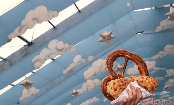 A pretzel salesman walks through the chopping tent of the world's largest fair | Photo: Getty Images
