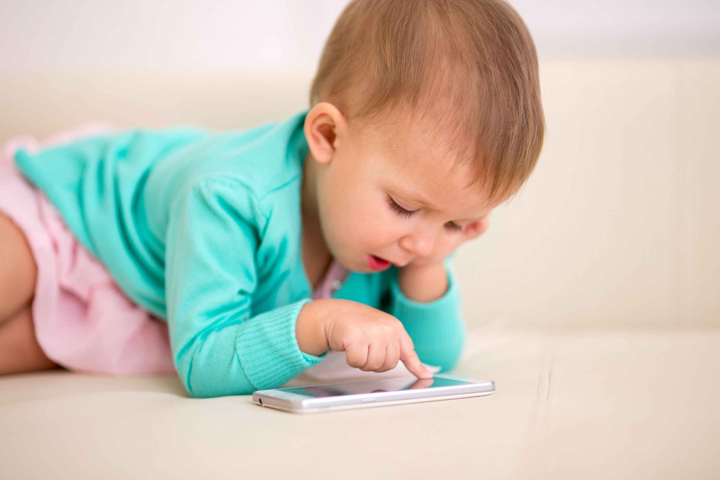 Kid playing on a smartphone. | Photo: Shutterstock